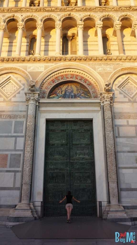 Anna vor den Türen der Kathedrale von Pisa
