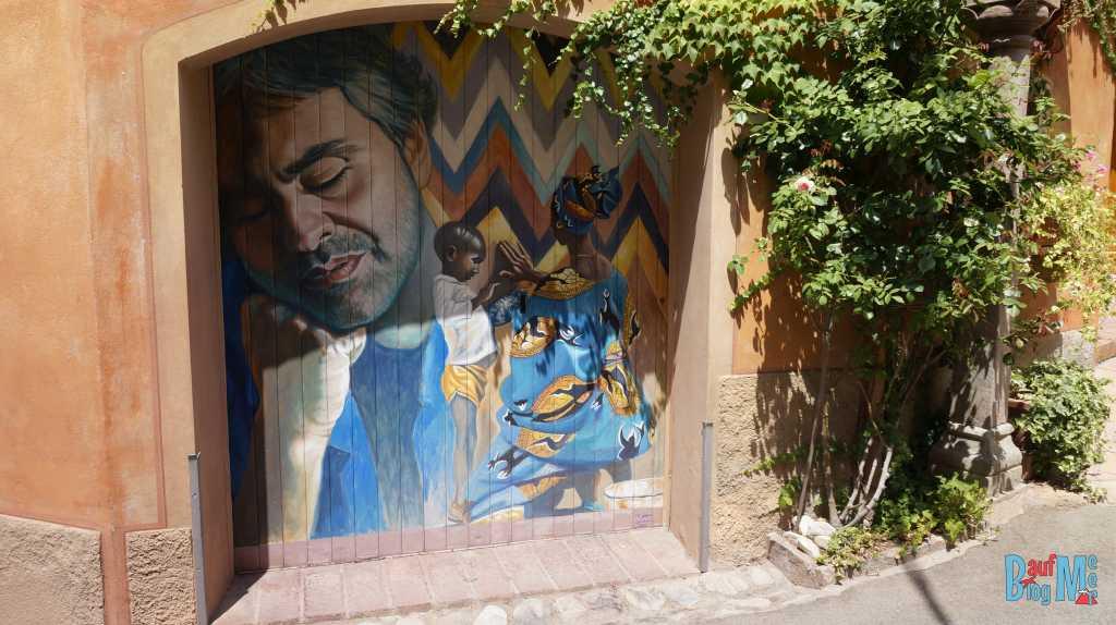 Gemälde von Andrea Bocelli in Lajatico; ein eher untouristischer Ort der Toskana