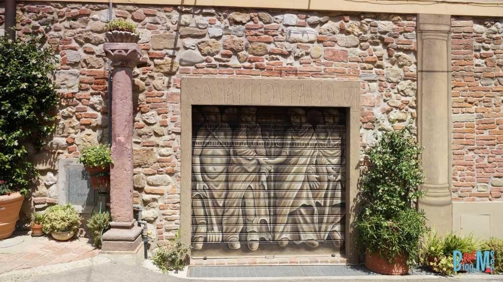 Garagentor in Lajatico ein eher untouristischer Ort der Toskana