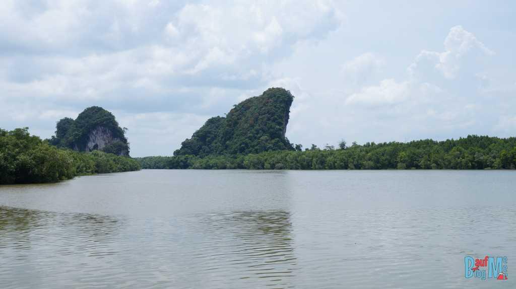Felsen am Fluss bei Krabi-Stadt