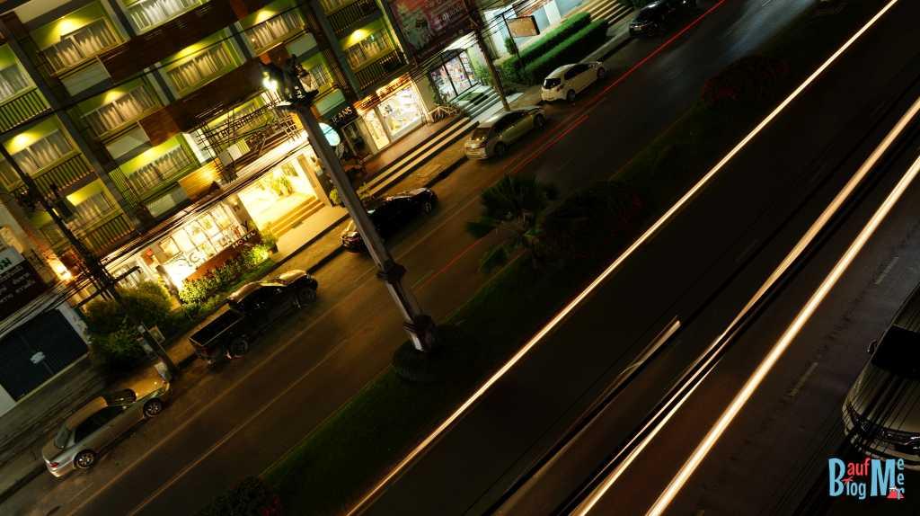 Verkehr in Krabi-Stadt bei Nacht