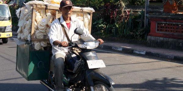 Motorrad Transporter mit Krupuk hinten drauf