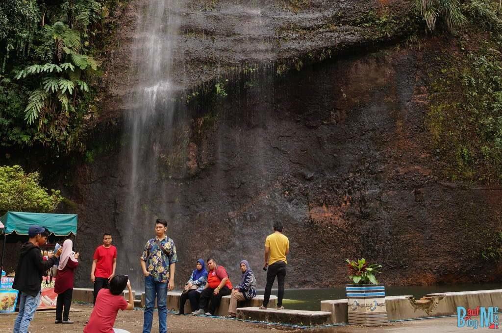 Indonesische Touristen an einem der Wasserfälle in Harau Valley