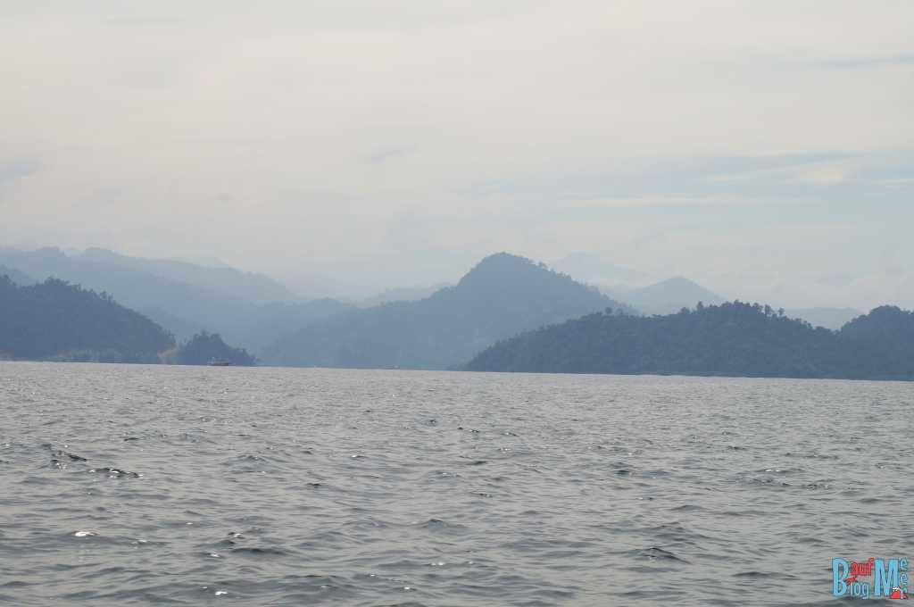 Blick auf die Berge Sumatras im morgendlichen Nebel auf der Fahrt zur Insel Merak
