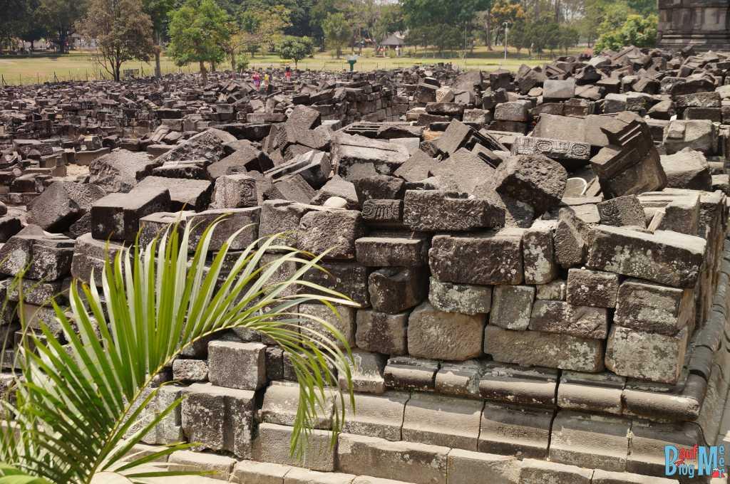 Steinhaufen der zusammengebrochene Prambanan Schreine
