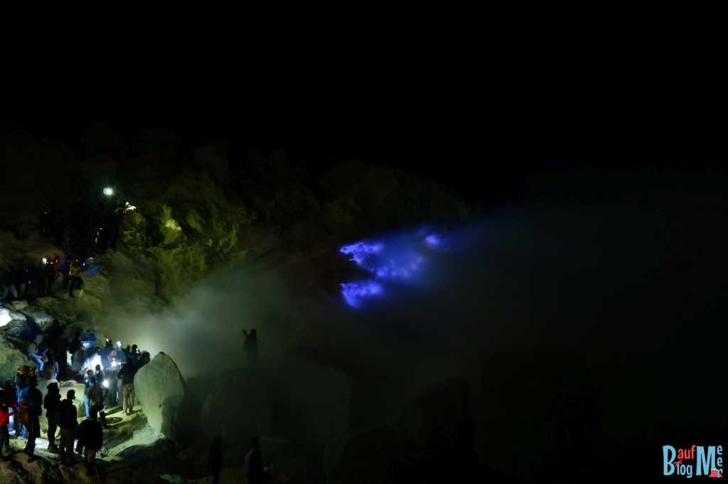 Touristen vor blauem Feuer im Ijen Krater