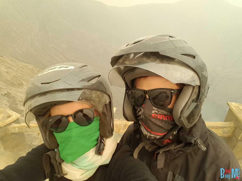Wir zwei vermummt mit Helm und Tuch am Bromo