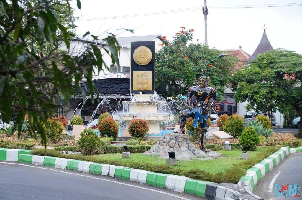 Skulptur vor dem Tugu Adipura Monument in Malang