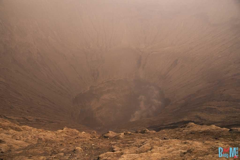 Bromo auf eigene Faust entdecken: Blick in den Bromo Krater