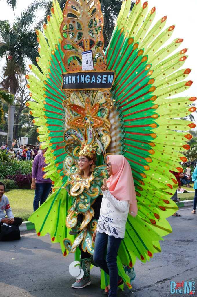 Immer wieder Fotos mit Zuschauern beim Flower Carnival in Malang