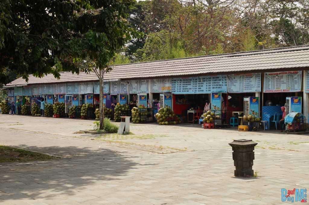 Essensstände buhlen lauthals um Kunden vor dem Borobodur