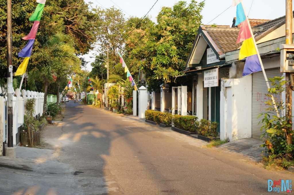 Viele ruhige grüne Straße lassen sich in Yogyakarta finden