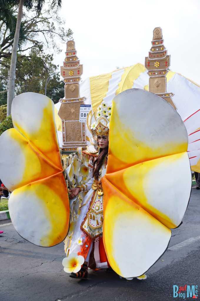 Teilnehmer mit tollem Kostüm beim Flower Carnival in Malang 2017