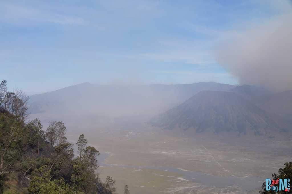 Bromo auf eigene Faust entdecken und Blick auf Gunung Batok & Sandwüste genießen. Bromo versteckt sich im Sandsturm