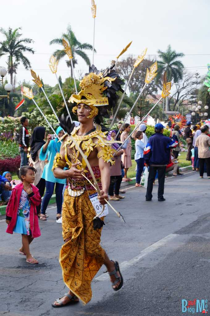 Mal was Anderes. Tolles Kostüm beim Malang Flower Carnival
