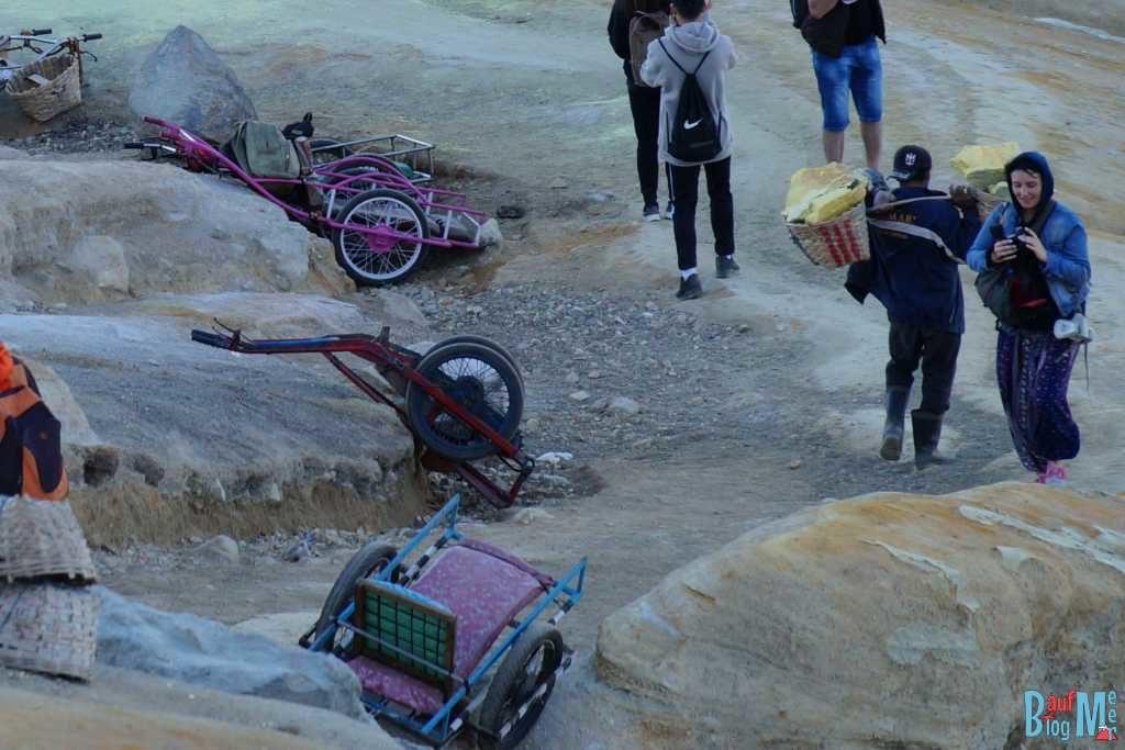 Am Ijen Krater: Mienenarbeiter trägt seine Ladung