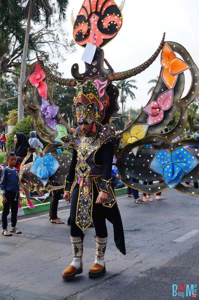 Wann ist die Parade endlich vorbei. Müder Teilnehmer beim Flower Carnival