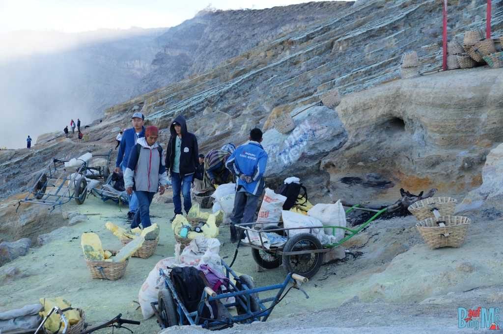 Am Ijen Krater: Mienenarbeiter und ihre Schwefelladungen
