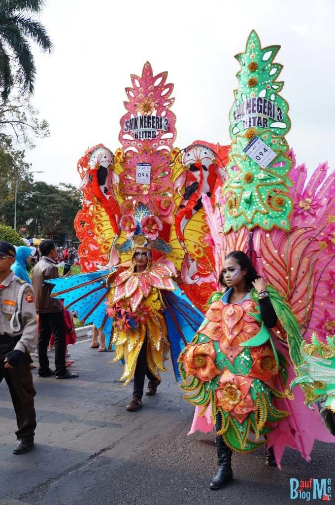 Die Ermüdung ist den Teilnehmern des Flower Carnival anzusehen