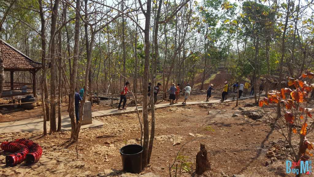 Alle helfen mit beim Raufziehen aus der Goa Jomblang