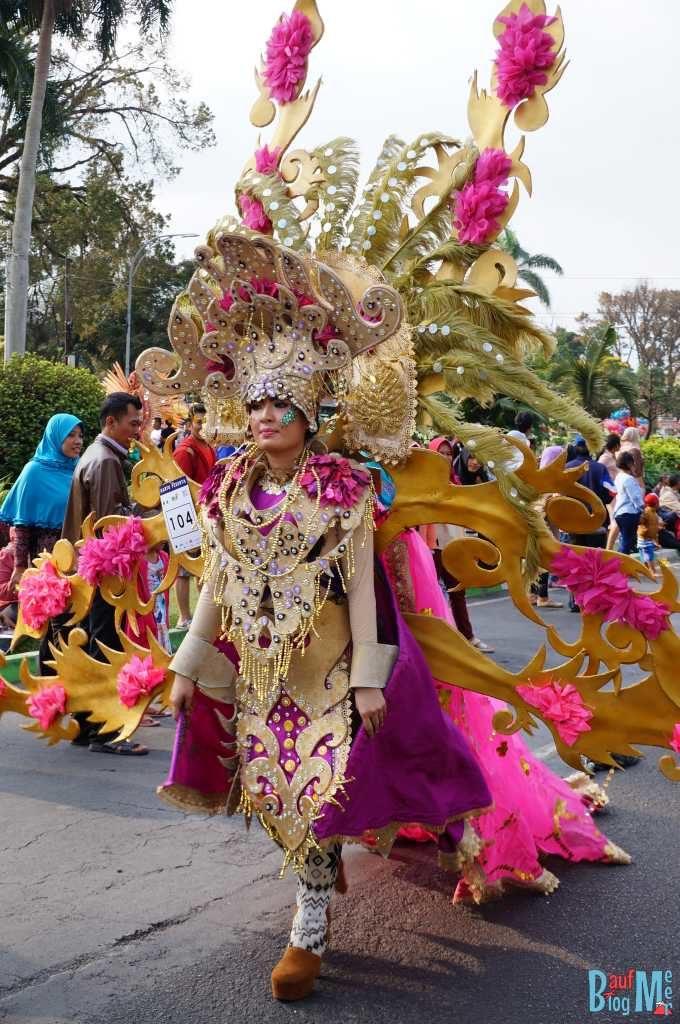 Teilnehmer mit buntem Kostüm beim Flower Carnival in Malang 2017