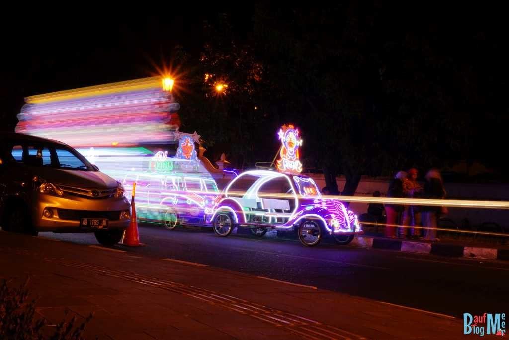 Beleuchtete Autos auf dem Alun Alun bei Nacht