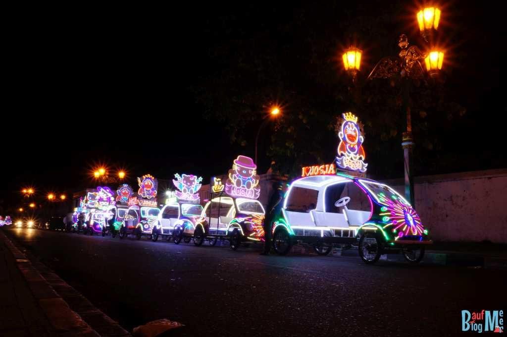 Beleuchtete Autos auf dem Alun Alun Yogyakarta bei Nacht