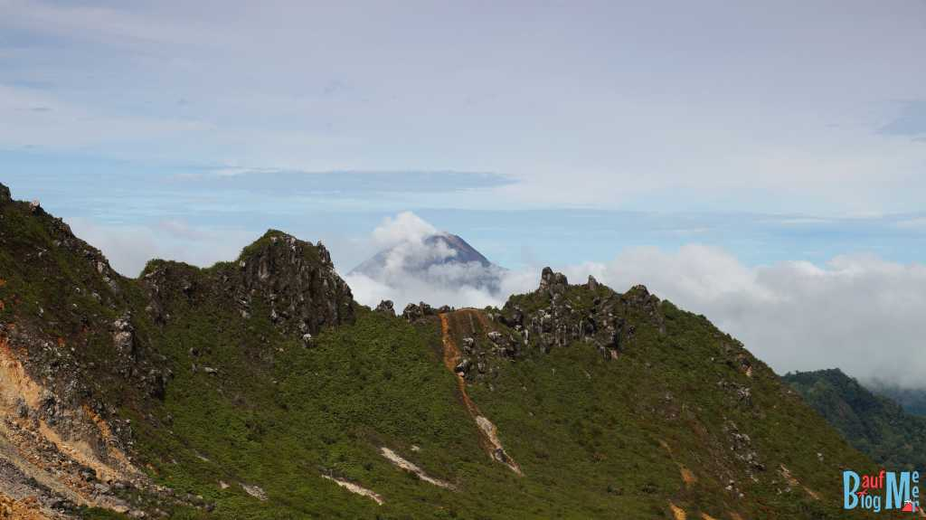 Blick vom Sibayak auf den rauchenden Sinabung