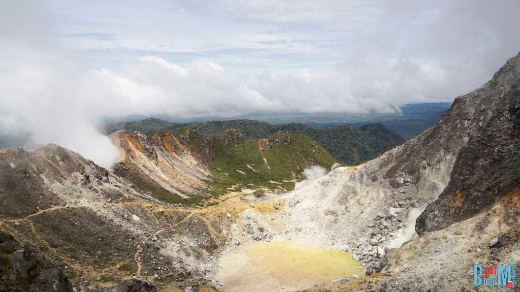 Krater von Sibayak mit Ausblick Richtung Sinabung
