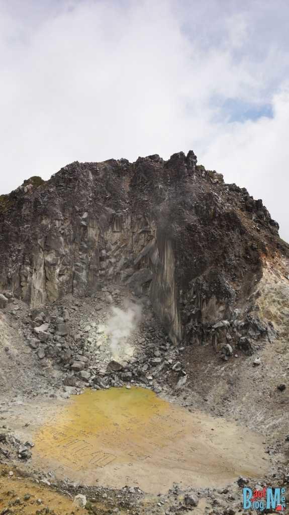 Krater von Sibayak mit rauchender Fumarole