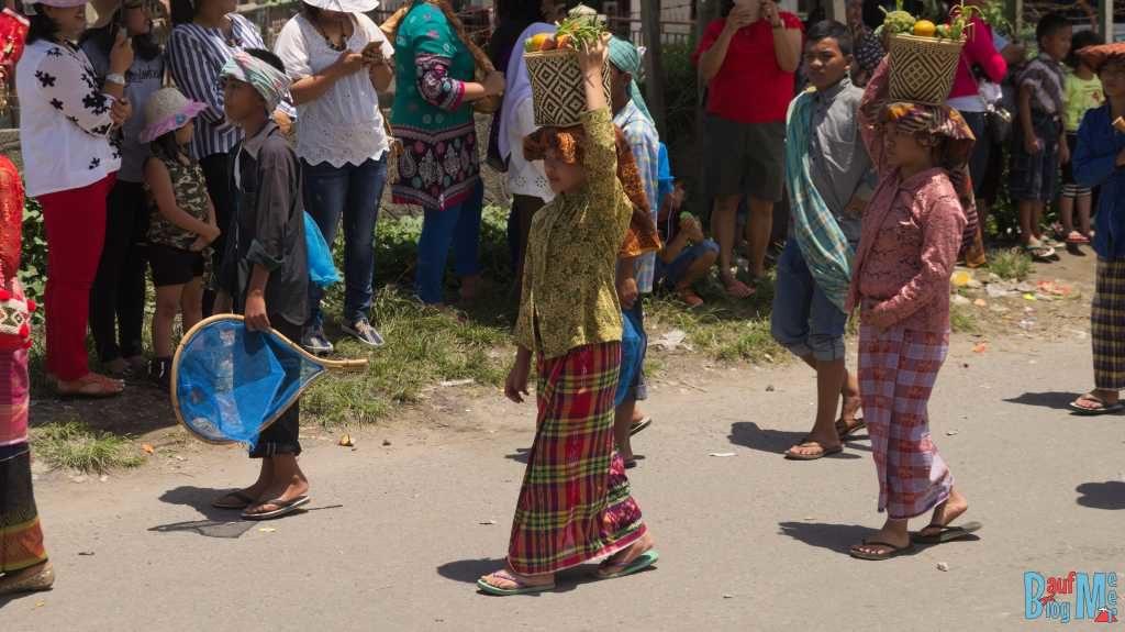 Parade in Berastagi: Tracht wie bei einem traditionellen Hochzeitsumzug