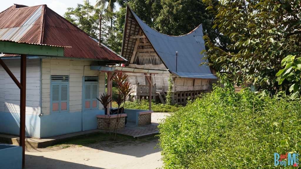 Typische Häusschen und Speicher entlang der Straßen Samosirs