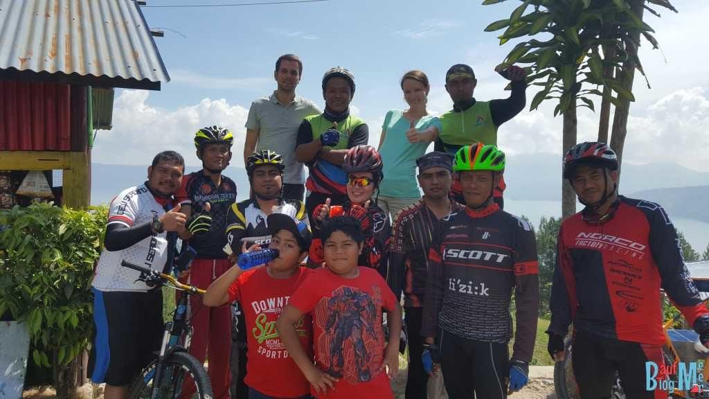 Gruppenbild mit indonesischen Mountainbikern