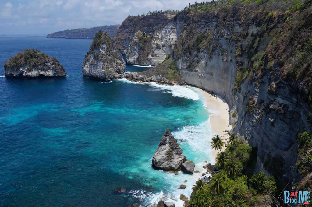 Nusa Penida: Atuh Beach (nicht zu Fuß erreichbar) im Hintergrund in der Felsenschneise sieht man Häuser des Pohon Tree House (Baumhau)