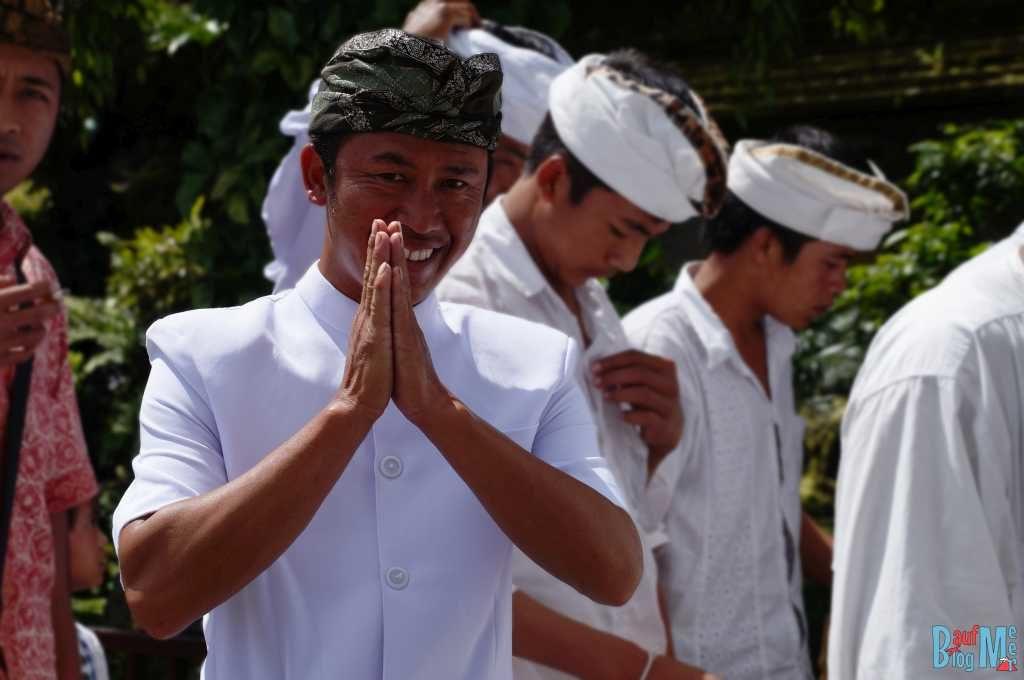 Bali ist: Tolle Menschen. Menschen auf dem Weg zum Tempel
