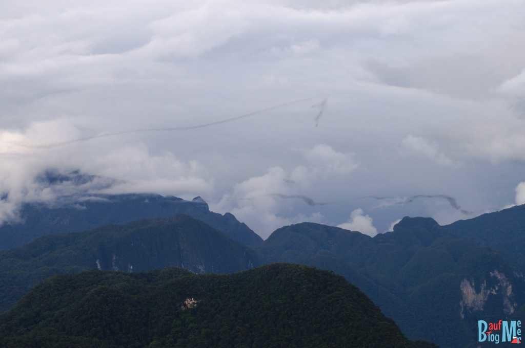 """""""Bat Exodus"""" von Weitem beobachtet; Gunung Mulu Nationalpark"""