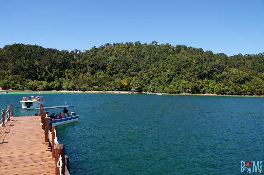 Bootssteg auf der Insel Sapi mit Ausblick auf Insel Gaya