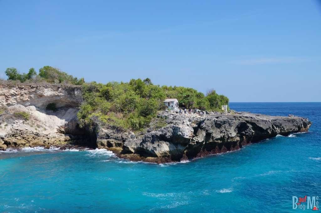 Ausblick auf gegenüberliegende Klippen bei der blauen Lagune auf Ceningan