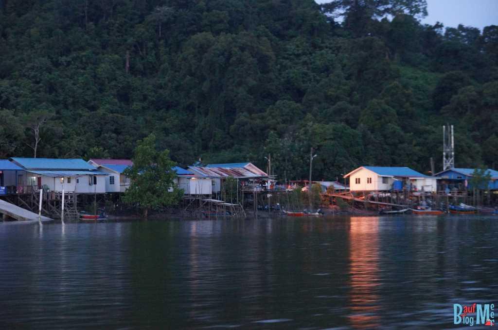 Dorf am Sungai Santubong bei Dämmerung am Ende des Wetland Cruises bei Kuching