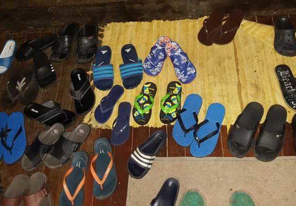 Findet unsere Flip Flops ;). FlipFlop Chaos in unsere Unterkunft nahe Gunung Mulu Nationalpark