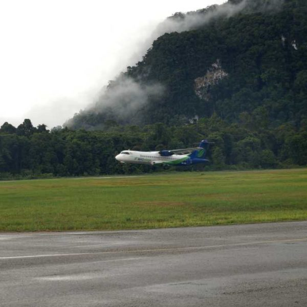 Mas Wings Flugzeug beim Start in Mulu, nahe Gunung Mulu Nationalpark