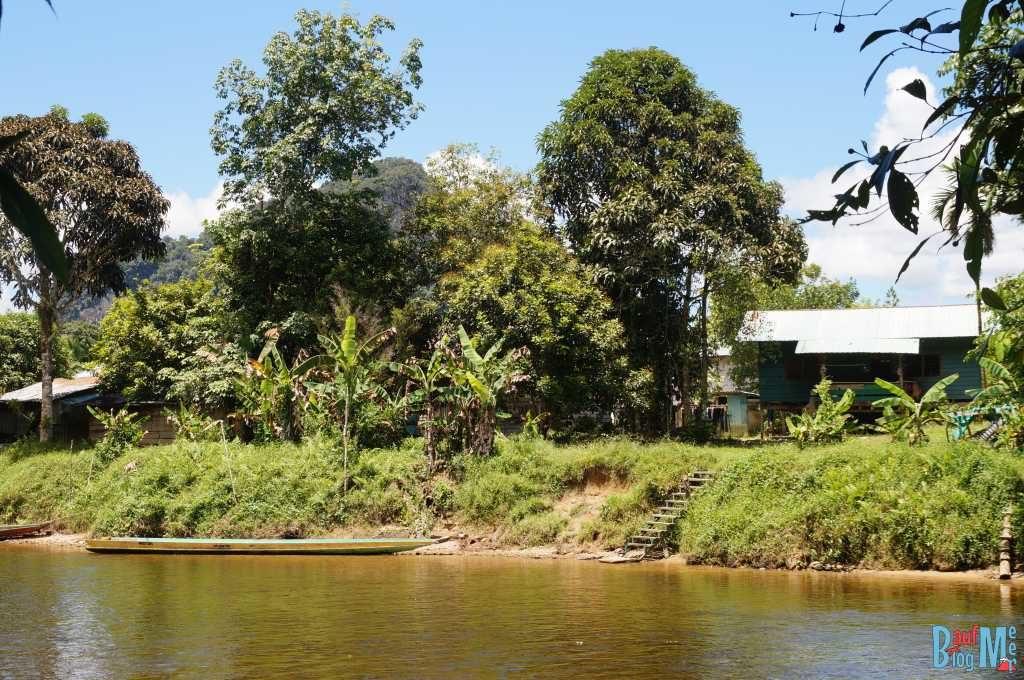 Siedlung am Fluss in Mulu