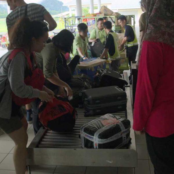 Gepäckausgabe in Mulu, beim Gunung Mulu Nationalpark