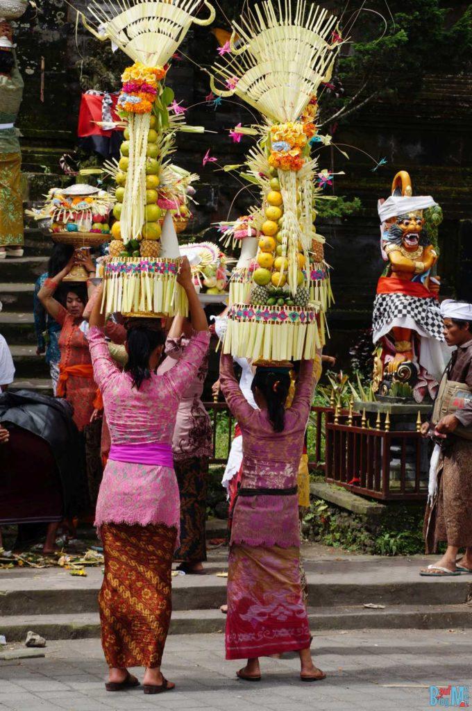 Bali ist: Tradition. Gaben bei einer Hochzeitsprozession