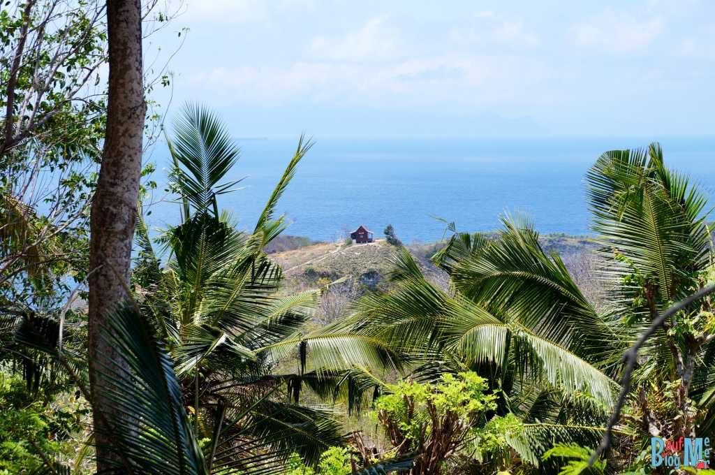 Blick auf die Hütte des Ausichtspunkts auf die Atuh Strände (Nusa Penida)