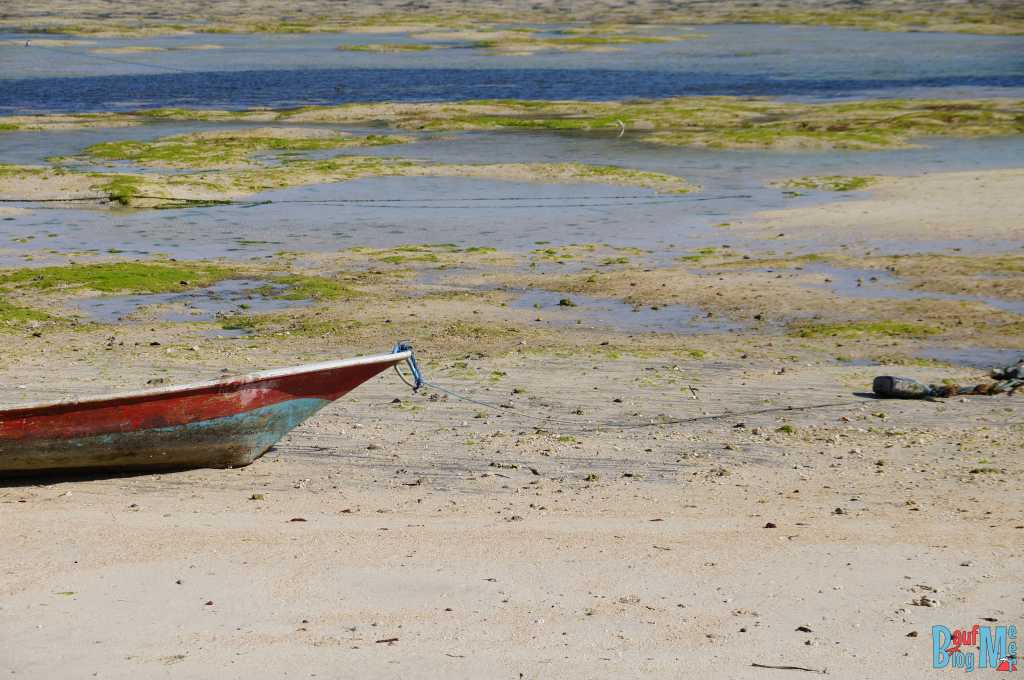 Boot vor Ceningan und Lembongan bei Ebbe