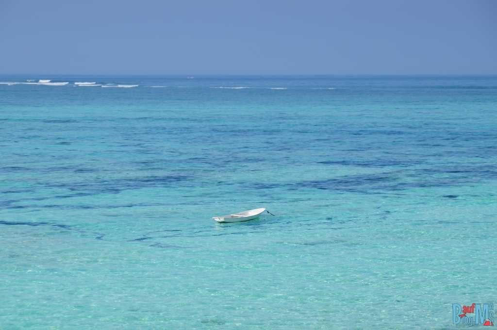 Boot zwischen den Inseln Ceningan und Lembongan bei Flut