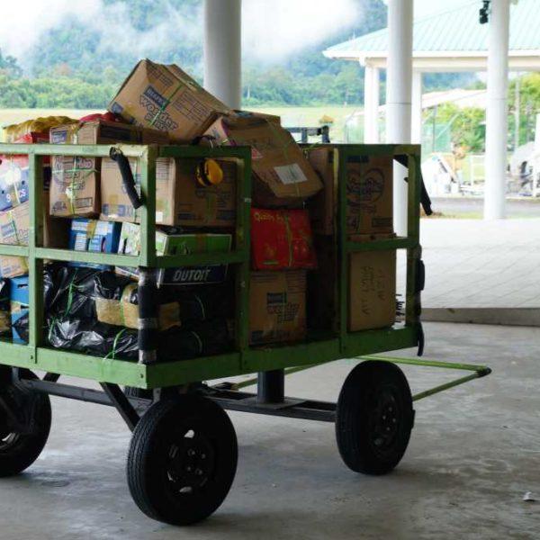 Lebensmittel Lieferung Mulu Flughafen beim Gunung Mulu Nationalpark