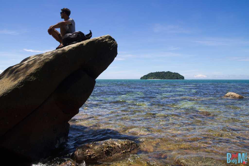 Chillen am Steinstrand der Insel Mamutik. Ausblick auf die Nachbarinsel Sulug. Beide Teil des Tunku Abdul Rahman Nationalparks