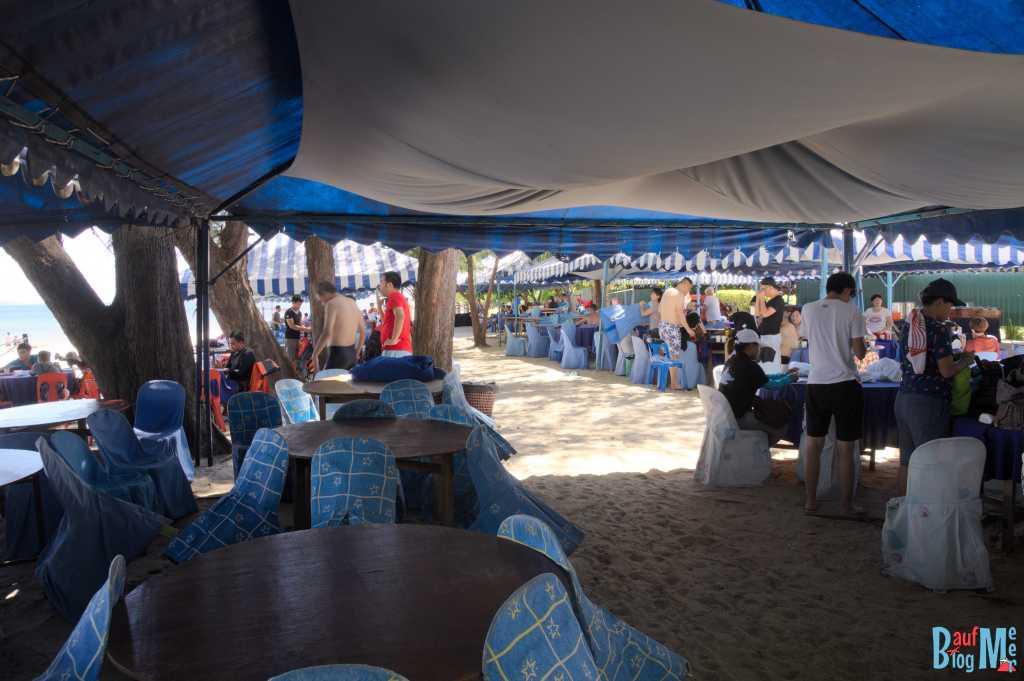 Zelte für die Mittagspause der Tour Touristen auf der Insel Mamutik im Tunku Abdul Rahman Nationalpark